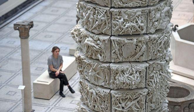 Πορσελάνινο γλυπτό της βρετανίδας καλλιτέχνιδος Rachel Kneebone στο Victoria & Albert Museum