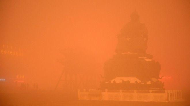 Η αιθαλομίχλη πνίγει το Πεκίνο