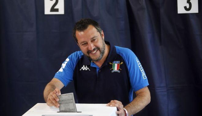 Ο αρχηγός της Λέγκα και υπουργός Εσωτερικών της Ιταλίας Ματέο Σαλβίνι ψηφίζει για τις ευρωεκλογές στο Μιλάνο