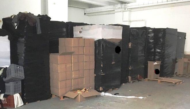 Εντοπίσθηκε αποθήκη με χιλιάδες λαθραία καπνικά προϊόντα στην Κηφισιά