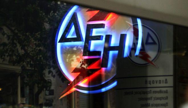 Ατελείωτες οι ουρές σήμερα στο κεντρικό κατάστημα της ΔΕΗ στην οδό Αριστίδου.'Εως αργά το μεσημέρι έφταναν ακόμα και έξω στο πεζοδρόμιο,Πέμπτη 22 Νοεμβρίου 2012 (EUROKINISSI/ΤΑΤΙΑΝΑ ΜΠΟΛΑΡΗ)