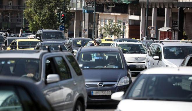 Κίνηση στους δρόμους στο κέντρο της Αθήνας