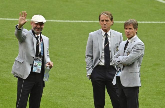 Ο Τζανλούκα Βιάλι (αριστερά) με τον Ρομπέρτο Μαντσίνι, στο Wembley, όπου είχαν ζήσει τη χειρότερη αγωνιστική στιγμή τους πριν 29 χρόνια.
