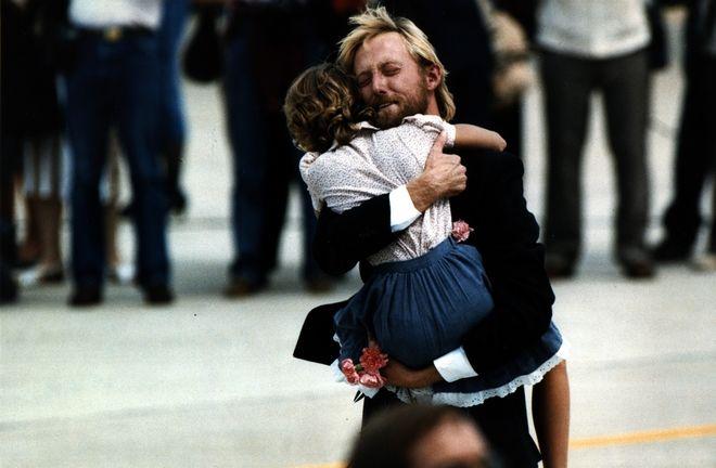 Απελευθέρωση ενός εκ των ομήρων της πτήσης 847 της αμερικανικής TWA, ο οποίος κρατά στην αγκαλιά του ένα μικρό κορίτσι