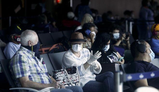 Επιβάτες περιμένουν στο αεροδρόμιο του Τορόντο