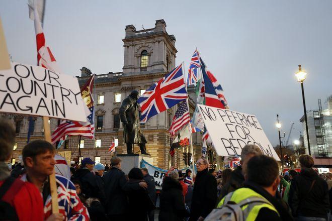 Κόσμος στην Parliament square στο Λονδίνο