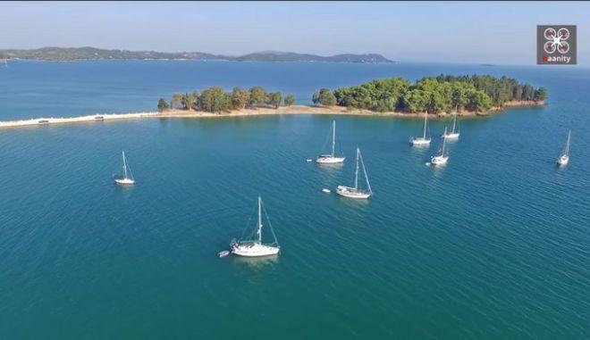 Το κοσμοπολίτικο ελληνικό νησάκι που πας με τα πόδια