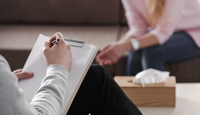 Ψυχολόγος κρατάει σημειώσεις κατά τη διάρκεια συνεδρίας