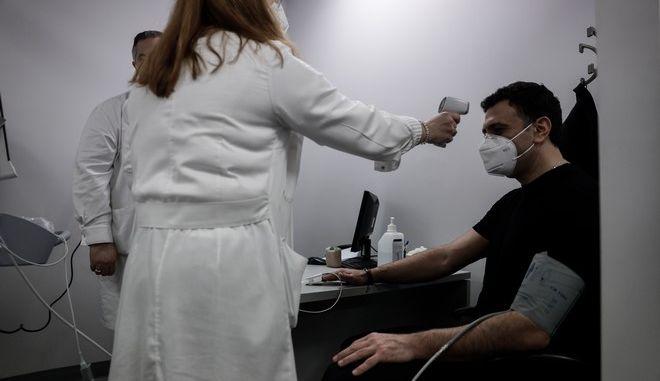 Εμβολιασμός του υπουργού Υγείας Βασίλη Κικίλια