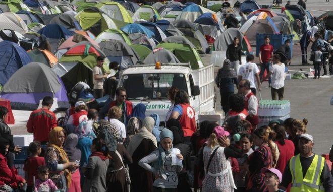 Πρόσφυγες και μεταναστές στο λιμάνι του Πειραιά την Τρίτη 5 Απριλίου 2016. (EUROKINISSI/ΣΤΕΛΙΟΣ ΣΤΕΦΑΝΟΥ)
