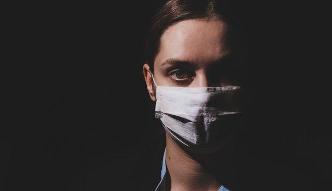 Γυναίκα με μάσκα κατά του κορονοϊού (φωτογραφία αρχείου)