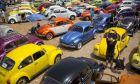 """Σκαραβαίοι της Vokswagen σταθμευμένοι σε πάρκινγκ της ετήσιας διοργάνωνσης """"Beetle club"""" στο Yakum του Ισραήλ"""