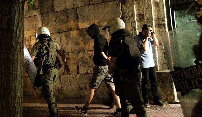 """Επεισόδιο μικρής έκτασης στην συγκέντρωση """"ΜΕΝΟΥΜΕ ΕΥΡΩΠΗ"""",όταν ομάδα αντιεξουσιαστών έκαψε στο πλάι του άγνωστου στρατιώτη σημαία της Ευρωπαϊκής ένωσης.Προσαγωγές από την αστυνομία,Δευτέρα 22 Ιουνίου 2015 (EUROKINISSI/ΓΙΑΝΝΗΣ ΠΑΝΑΓΟΠΟΥΛΟΣ)"""
