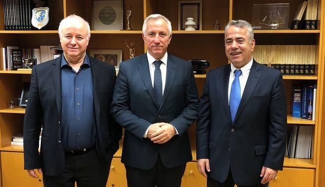 Ο Πρόεδρος και Διευθύνων Σύμβουλος του Ομίλου ΟΤΕ κ. Μιχάλης Τσαμάζ, ανάμεσα στον Πρόεδρο της ΟΜΕ-ΟΤΕ κ. Βασίλη Λάμπρου (δεξιά) και το Γενικό Γραμματέα της ΟΜΕ-ΟΤΕ κ. Δημήτρη Φούκα (αριστερά).