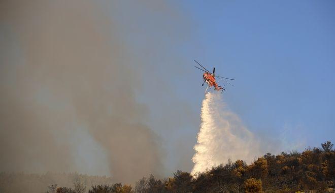 Ελικόπτερο επιχειρεί στη φωτιά στην Παιανία