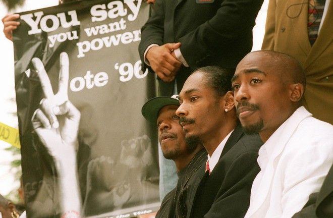 Οι Rappers, από δεξιά προς τα αριστερά, Tupac Shakur, Snoop Doggy Dogg και Hammer