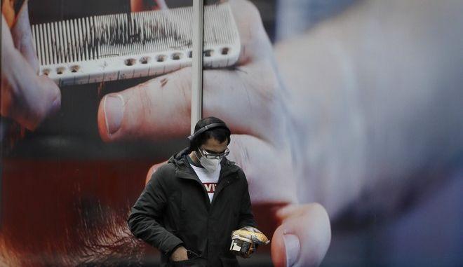 Άνθρωπος με μάσκα στη Μεγάλη Βρετανία