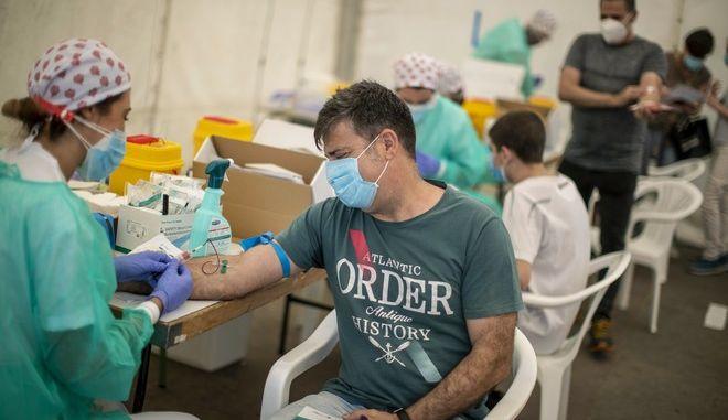 Εξετάσεις για κορονοϊό με δείγμα αίματος στην Ισπανία (AP Photo/Manu Fernandez)