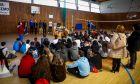 Επίσκεψη αθλητών της Stoiximan στο 2ο Γυμνάσιο Ελευσίνας. Μοίρασαν αθλητικό υλικό