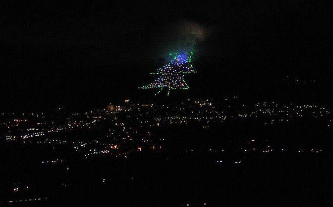 Φωταγωγήθηκε το μεγαλύτερο χριστουγεννιάτικο δέντρο στον κόσμο