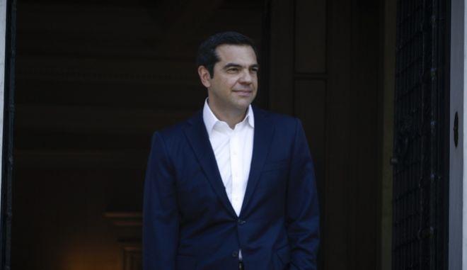 Ο πρωθυπουργός Αλέξης Τσίπρας στην είσοδο του Μεγάρου Μάξιμου