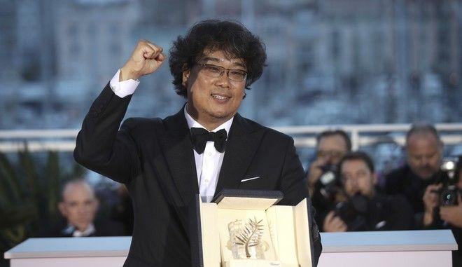 Ο σκηνοθέτης Μπονγκ Τζουν-χο με τον Χρυσό Φοίνικα για την ταινία Parasite στο 72ο φεστιβάλ των Καννών