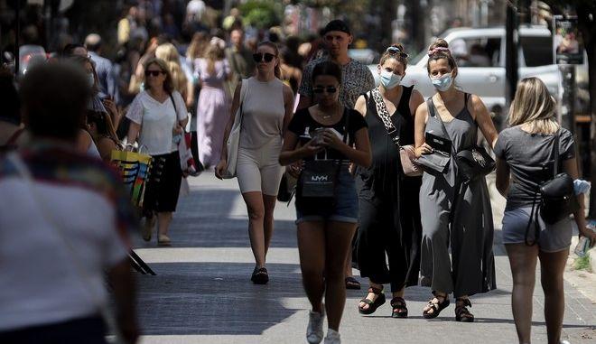 Κόσμος περπατά στο δρόμο εν καιρώ πανδημίας