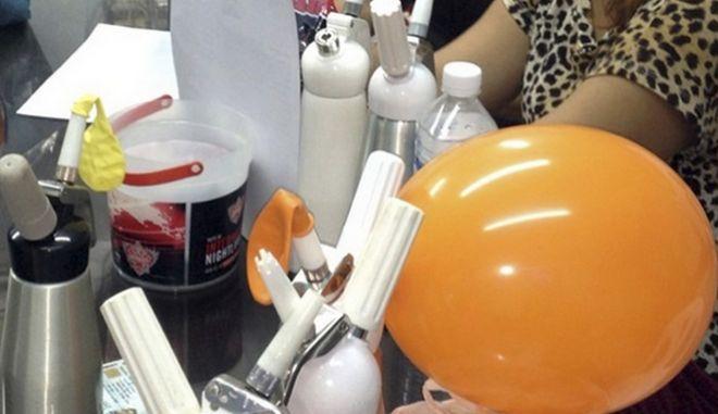 Μπαλόνια με αέριο γέλιου και συσκευές για το γέμισμά τους.