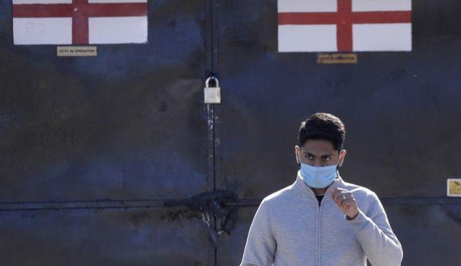 Άντρας με μάσκα στην Αγγλία