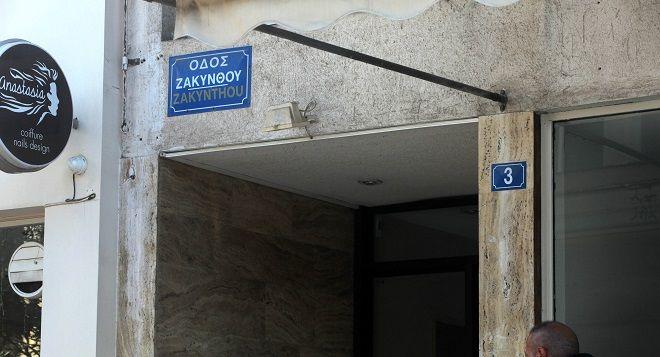 Η είσοδος της πολυκατοικίας στην οδό Ζακύνθου στην Κυψέλη όπου ο συγγραφέας Μένης Κουμανταρέας βρέθηκε νεκρός μέσα στο διαμέρισμά του, φέροντας τραύματα στο πρόσωπο, το Σάββατο 6 Δεκεμβρίου 2014. (EUROKINISSI/ΚΩΣΤΑΣ ΚΑΤΩΜΕΡΗΣ)