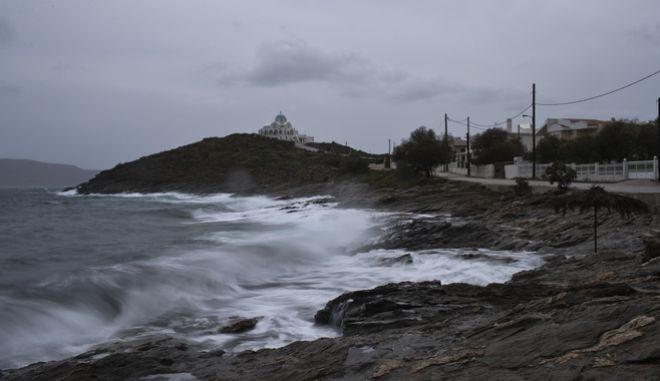 Θυελλώδεις άνεμοι στο λιμάνι του Λαυρίου