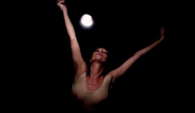 H Κate Moss χορεύει στο νέο βιντεοκλίπ των Massive Attack και σπαει το ίντερνετ