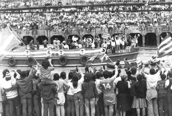 Οι παίκτες της Αθλέτικ πανηγυρίζουν πάνω στην gabarra, ενώ γνωρίζουν την αποθέωση από τους φιλάθλους τους στις όχθες του Νερβιόν (1984).