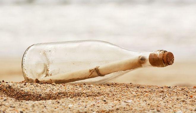 Μπουκάλι με κρυμμένο γράμμα σε ακτή (φωτογραφία αρχείου)