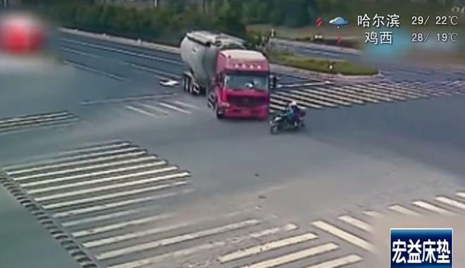 Εκπληκτικό βίντεο: Φορτηγό βυτιοφόρο VS παπάκι