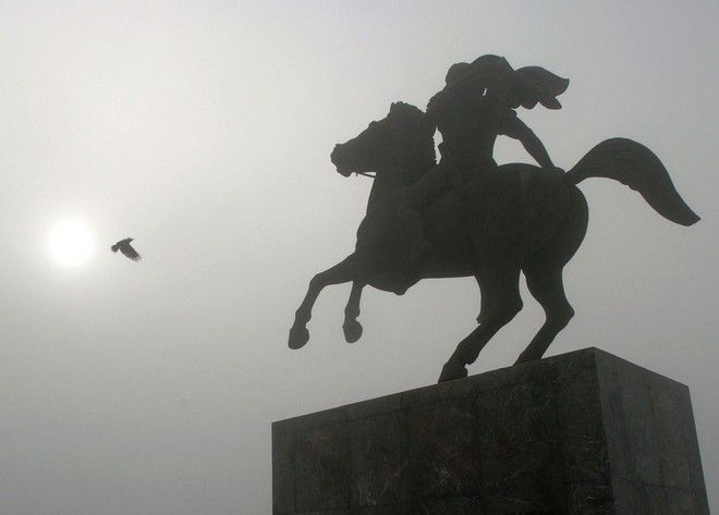 """Fog descends on the statue of the Alexander the Great in the northern Greek port city of Thessaloniki, on Friday, Dec. 3, 2004.  Movie Director Oliver Stone's film about the ancient warrior who vanquished most of the known world before turning 30,  """"Alexander"""" was set to open in cinemas in Greece on Friday,  an epic starring Colin Farrell as Alexander and Val Kilmer and Angelina Jolie as his parents. (AP Photo/Nikolas Giakoumidis)"""