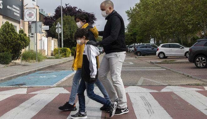 Πατέρας με τα παιδιά του σε κεντρικό δρόμο της Μαδρίτης