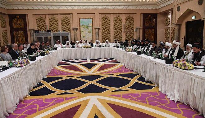 Στιγμιότυπο από τις ειρηνευτικές συνομιλίες ΗΠΑ-Ταλιμπάν στο Κατάρ τον Φεβρουάριο του 2019