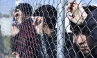 Πρόσφυγες κοιτάζουν πίσω από τον φράχτη Hot Spot
