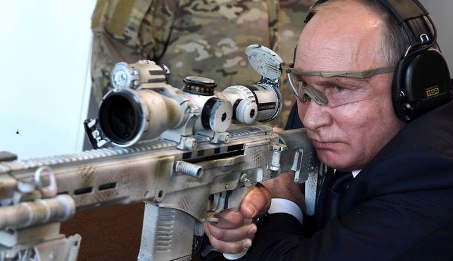 Ο πρόεδρος της Ρωσίας Βλαντίμιρ Πούτιν επέδειξε την Τετάρτη το ταλέντο του στη σκοποβολή
