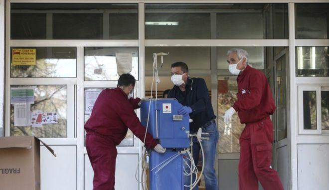 Εργαζόμενοι σε νοσοκομείο της Βόρειας Μακεδονίας