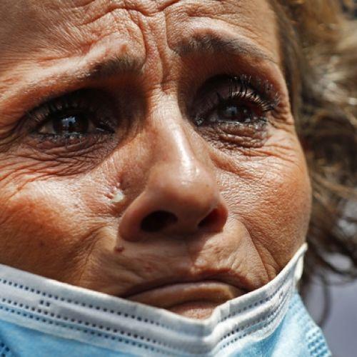 Μια δακρυσμένη γυναίκα στη Βηρυτό. Ο γιος της αγνοείται μετά τη φονική έκρηξη
