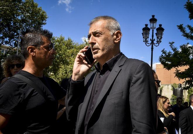Ο Γιάννης Μώραλης στην κηδεία του Σωκράτη Σ. Κόκκαλη