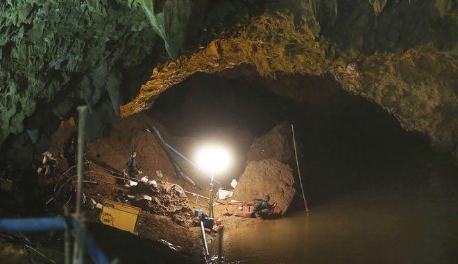 Η είσοδος του σπηλαίου Ταμ Λουάνγκ στη Ταϊλάνδη κατά την επιχείρηση διάσωσης των παιδιών και του προπονητή τους τον Ιούνιο του 2018