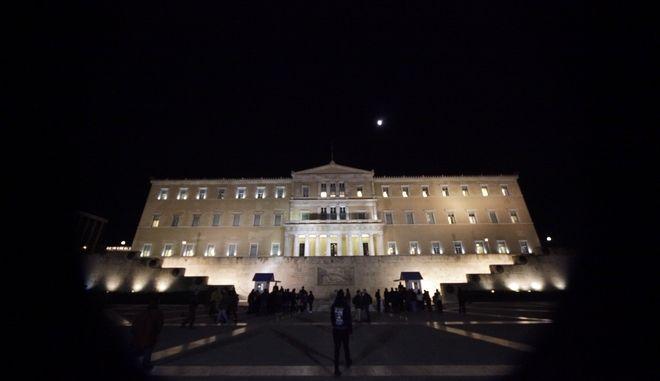 Το κτήριο της Βουλής φωταγωγημένο