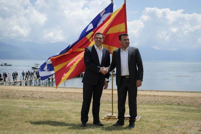 Τσίπρας και Ζάεφ μετά την υπογραφή της Συμφωνίας των Πρεσπών