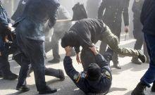 Βίντεο: Αστυνομικός χτυπά με κοντάρι αντιεξουσιαστή