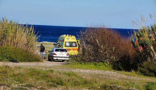 Περιπολικό και ασθενοφόρο του ΕΚΑΒ σε παραλία - Φωτογραφία αρχείου