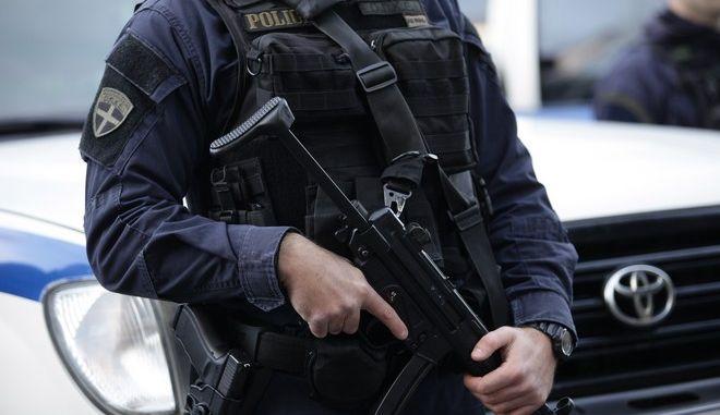 Αστυνομικός με βαρύ οπλισμό