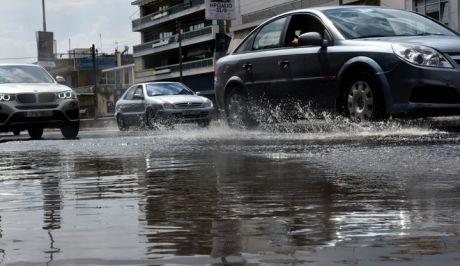 Συγκέντρωση υδάτων σε δρόμους από την έντονη βροχόπτωση στα βόρεια προάστια